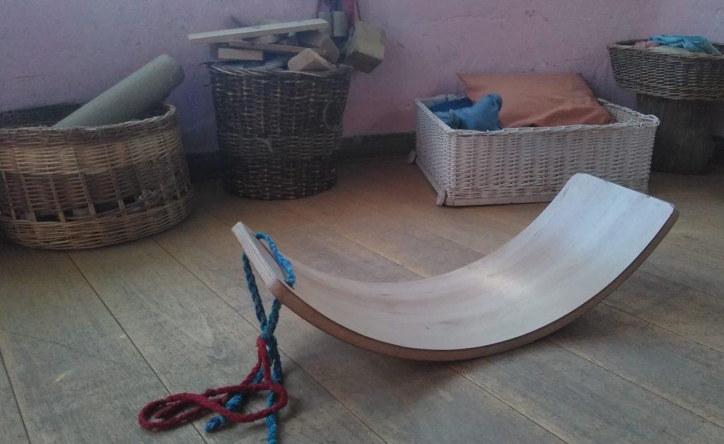 tabla curva, motricidad, movimiento, equilibrio, montessori, pikler, natural, infantil, infancia, sostenible, artesano