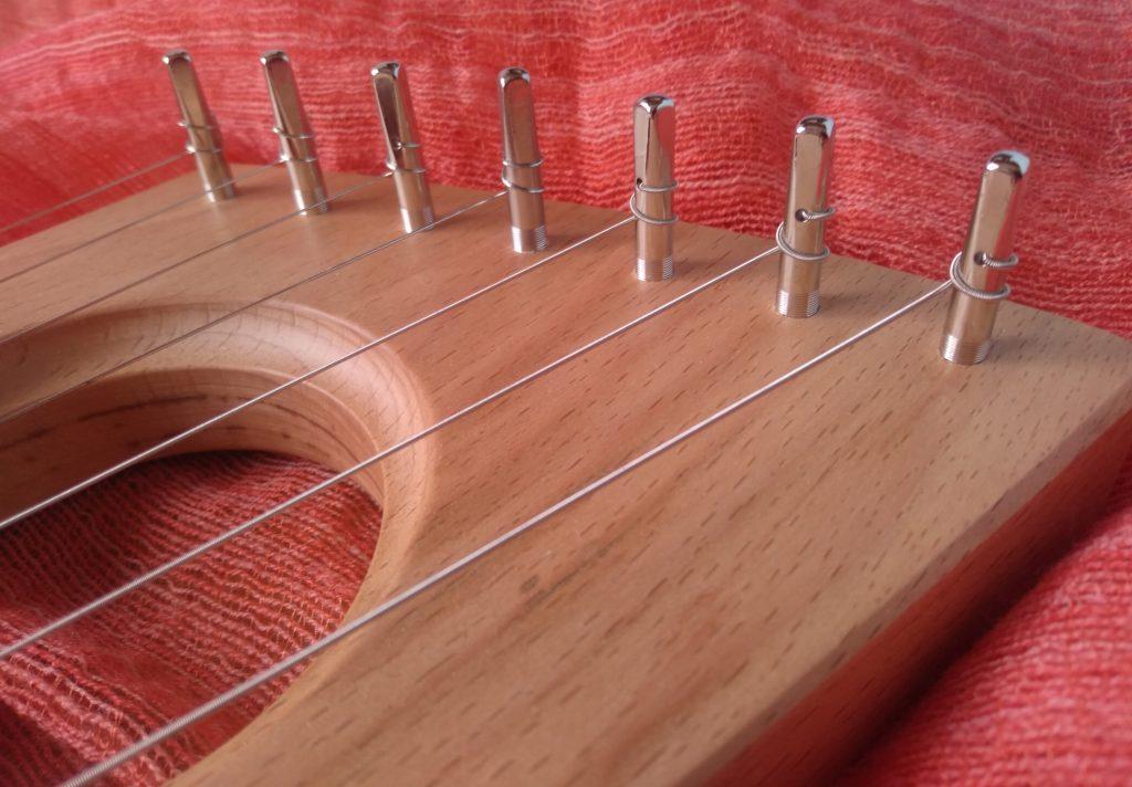 lira pentatónica  toronto de TAMtoys un instrumento de madera adecuada para los niños pequeños debido a su sencillez y facilidad para la expresión inconsciente